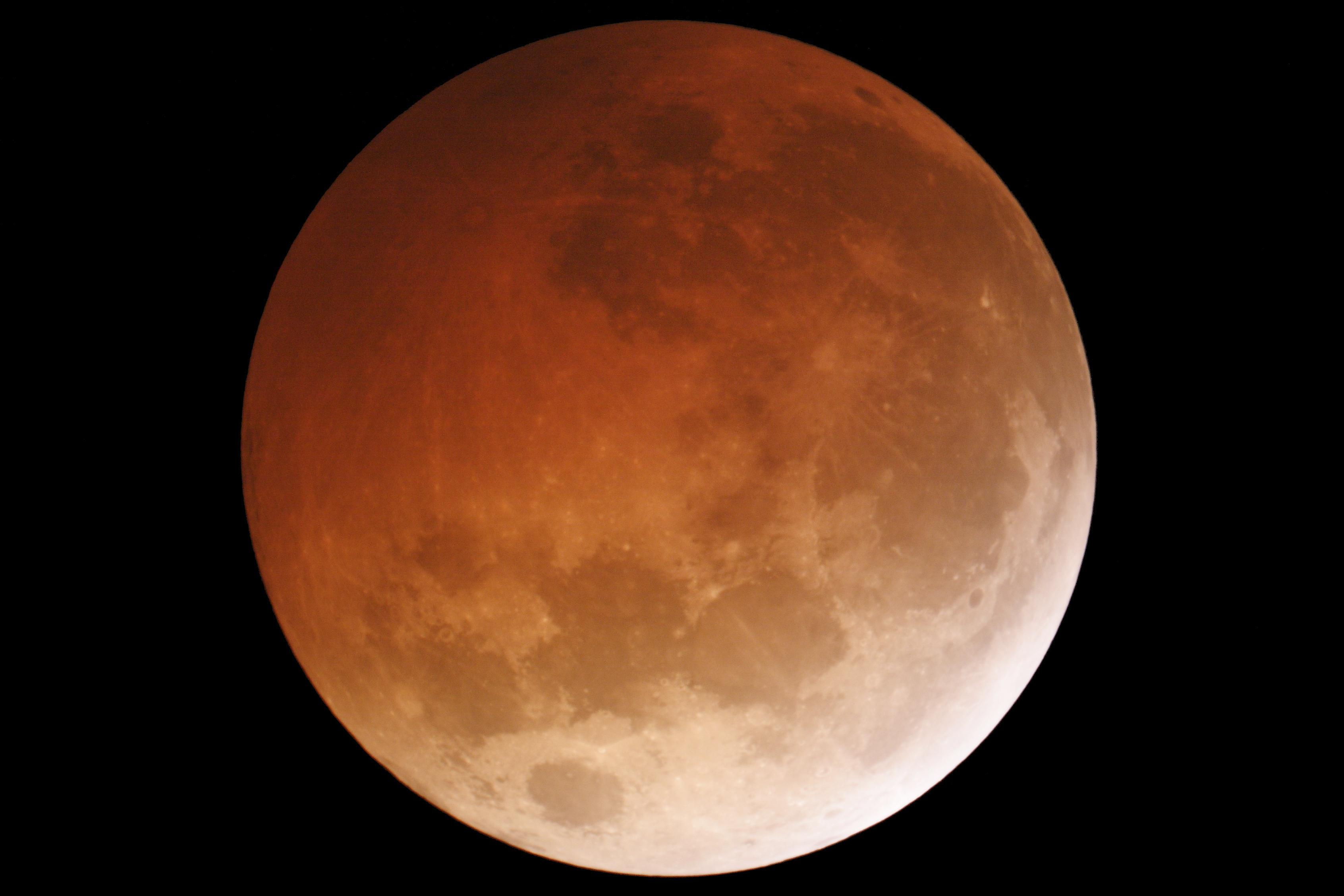 Stargazers Enjoy Double Treat Supermoon And Total Lunar Eclipse