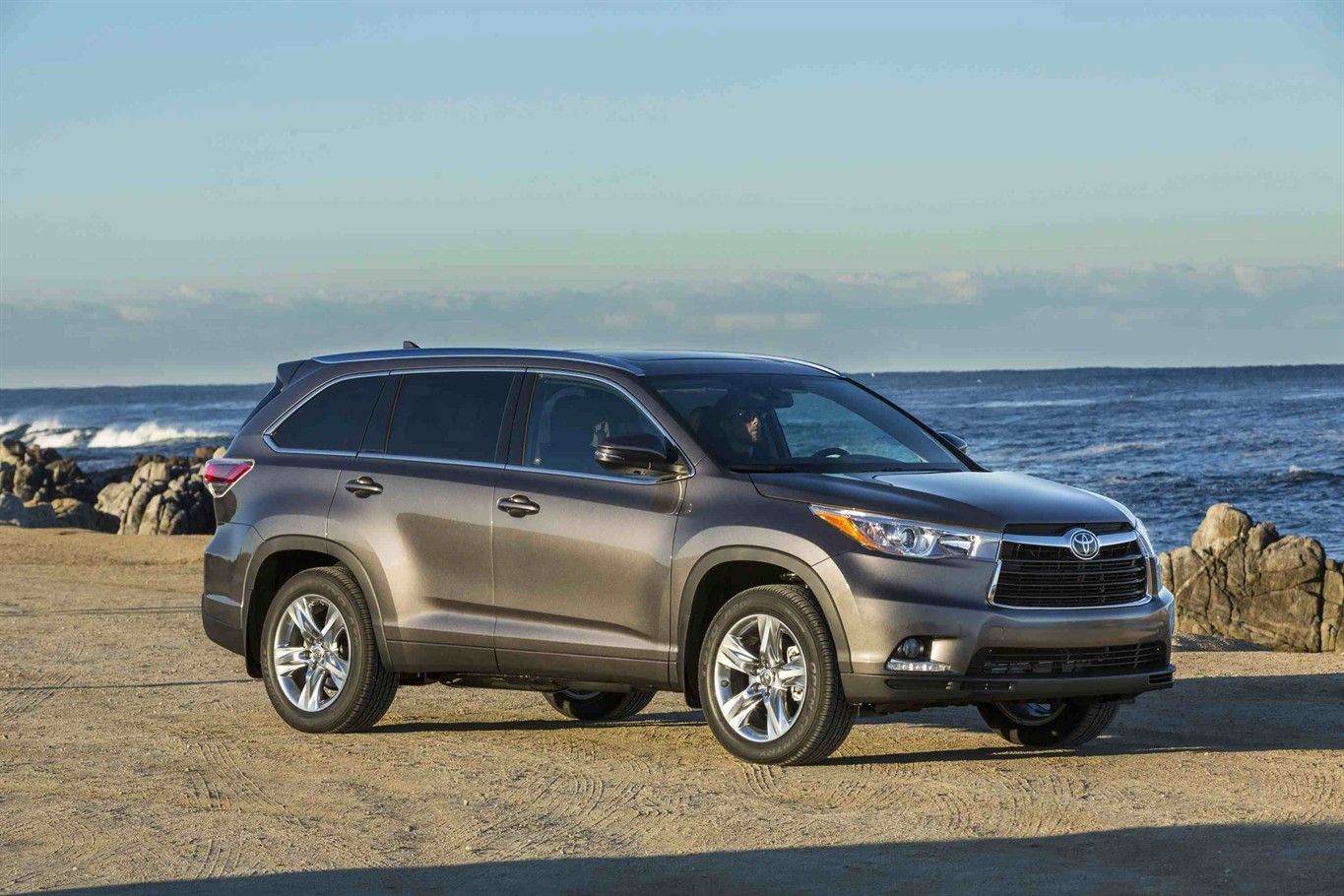 toyota highlander no 2 in mid size suvs offers choices for price fuel economy 1310 news. Black Bedroom Furniture Sets. Home Design Ideas