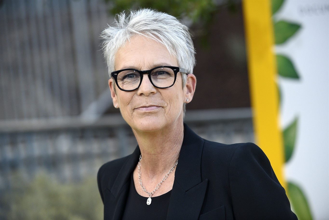 halloween' trailer shows jamie lee curtis means business - 1310 news